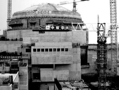 Робочі (на фото - внизу) стоять перед ядерним реактором -  частиною Тайшаньської АЕС, що знаходиться у  стадії будівництва у Тайшані, в провінції Гуандун, 17 жовтня 2013 року. Агенція: REUTERS Фото: BOBBY YIP (Китай)
