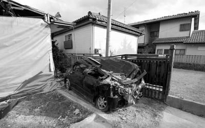 Покинуті будинки і зруйнована автівка в м.Футаба Фото: Джуліан Сіммондз [Julian Simmonds] для The Telegraph
