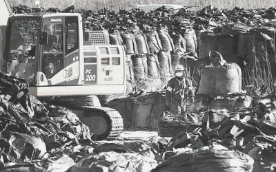 """Звалище мішків з радіоактивно забрудненим ґрунтом вздовж узбережжя неподалік АЕС """"Фукусіма""""Фото: Джуліан Сіммондз [Julian Simmonds] для The Telegraph"""