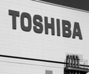 На фото - Логотип  фірми Toshiba, розташований на заводі з виробництва карт флеш-пам'яті в місті Йоккаіті (префектура Міє, Японія). Очікується, що у вівторок фірма зробить оголошення про масове зниження вартості своїх активів, залучених у ядерному бізнесі. / Агенція REUTERS